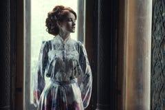 piękna kobieta w menchii smokingowy pozować w luksusowym pałac Obraz Stock