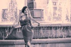 Piękna kobieta w miastowym tle. Rocznika styl obraz royalty free