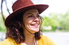 Piękna kobieta w modnym rzemiennym kapeluszu obrazy royalty free