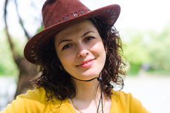 Piękna kobieta w modnym rzemiennym kapeluszu zdjęcia stock