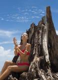 Piękna kobieta w okularach przeciwsłonecznych i czerwonym bikini na plaży mody spojrzenie seksowna kobieta Fotografia Stock
