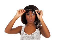 Piękna kobieta w okularach przeciwsłonecznych zaskakuje Fotografia Stock