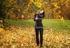 Piękna kobieta w parku przy jesienią zdjęcia royalty free