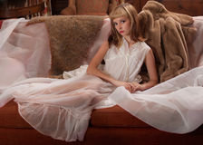 Piękna kobieta w Peignoir Zdjęcie Royalty Free