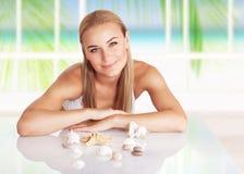 Piękna kobieta w plażowym domu fotografia stock