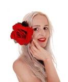 Piękna kobieta w portrecie z czerwieni różą Fotografia Royalty Free