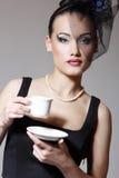 Piękna kobieta w przesłona splendoru piękna retro portrecie z filiżanką o zdjęcie stock