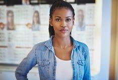 Piękna kobieta w przypadkowej odzieży przy sklepem zdjęcie stock