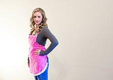 Piękna kobieta w różowym fartuchu Zdjęcie Royalty Free