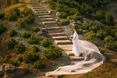 Piękna kobieta w rocznik ślubnej sukni Zdjęcie Royalty Free
