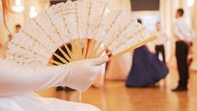 Piękna kobieta w rocznik balowej kostiumowej kobiecie macha fan obraz royalty free
