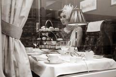 Piękna kobieta w rocznik odzieży cieszy się popołudniowej herbaty w taborowym frachcie fotografia royalty free