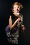 Piękna kobieta w rocznika stylu sukni śpiewie zdjęcie stock