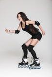 Piękna kobieta w rolkowych łyżwach Zdjęcie Royalty Free