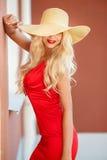 Piękna kobieta w słomianym kapeluszu z wielkim rondem obrazy stock