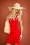 Piękna kobieta w słomianym kapeluszu z wielkim rondem obraz royalty free