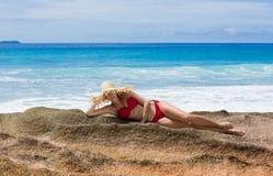 Piękna kobieta w słomianym słońce kapeluszu i czerwieni swimsuit, Seychelles Fotografia Stock