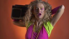 Piękna kobieta w 80s stroju tanu z boombox na jej ramieniu zbiory