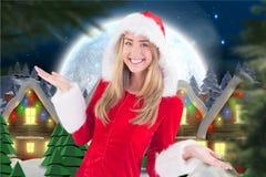 Piękna kobieta w Santa kostiumowy ono uśmiecha się przy kamerą Zdjęcie Stock