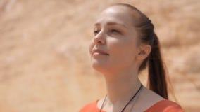 Piękna kobieta w skałach blisko halnego strumienia, jedność z naturą, zdrowy styl życia zbiory