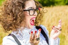 Piękna kobieta w szkłach ma zabawę outdoors Zdjęcie Stock