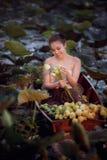 Piękna kobieta w Tajlandzkim Tradycyjnym kostiumu zdjęcie stock