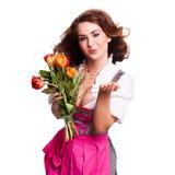 Piękna kobieta w tradycyjnym bavarian dirndl z bukietem tulipany zdjęcie stock