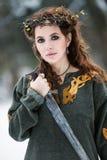 Piękna kobieta w Viking odziewa zdjęcie stock