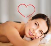 Piękna kobieta w zdroju salonie z gorącymi kamieniami Obrazy Stock