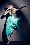 Piękna kobieta w zieleni smokingowy pozować dramatyczny indoors Zdjęcie Royalty Free