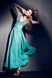 Piękna kobieta w zieleni smokingowy pozować dramatyczny indoors Obraz Royalty Free