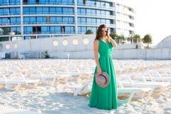 Piękna kobieta w zielonej todze na plaży fotografia stock
