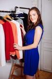 Piękna kobieta wybiera odzieżowego w garderoby szafie Zdjęcie Royalty Free