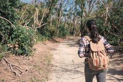 Piękna kobieta wycieczkowicza podwyżka na lasowym śladzie Obrazy Stock
