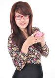Piękna kobieta wysyła wiadomość telefon Obrazy Stock