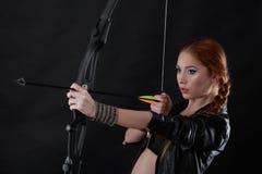 Piękna kobieta z łękiem w ręce Zdjęcia Royalty Free