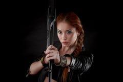 Piękna kobieta z łękiem w ręce Zdjęcie Royalty Free