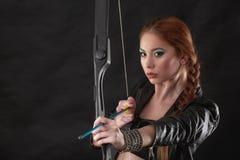 Piękna kobieta z łękiem w ręce Obraz Stock