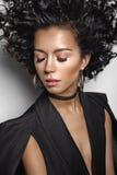 Piękna kobieta z afro fryzuje fryzurę Fotografia Royalty Free