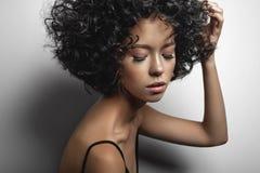 Piękna kobieta z afro fryzuje fryzurę Zdjęcia Royalty Free