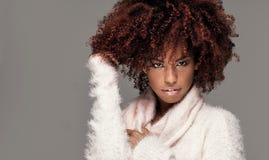Piękna kobieta z afro fryzury pozować Obrazy Stock