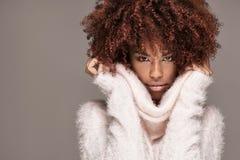 Piękna kobieta z afro fryzury pozować Obraz Royalty Free