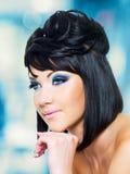 Piękna kobieta z błękitną fryzurą i makeup zdjęcie stock