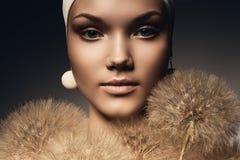 Piękna kobieta z białymi dandelions i kolczykiem Obraz Stock