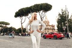 PiÄ™kna kobieta z blondynem w wygodnym przypadkowym kostiumu pozuje w wygÅ'upy Rzym zdjęcie royalty free