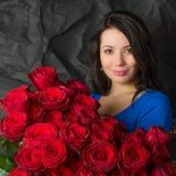 Piękna kobieta z bukietem czerwone róże Obraz Royalty Free