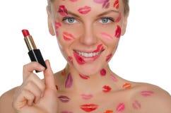 Piękna kobieta z buziakami na twarzy i pomadce w ręce Obraz Royalty Free
