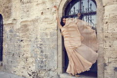 Piękna kobieta z ciemnym włosy w luksusowej jedwab sukni Obraz Stock