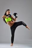 Piękna kobieta z czarnymi bokserskimi rękawiczkami Zdjęcia Royalty Free