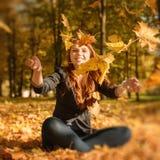 Piękna kobieta z czerwonym włosy w spadku parku Fotografia Royalty Free